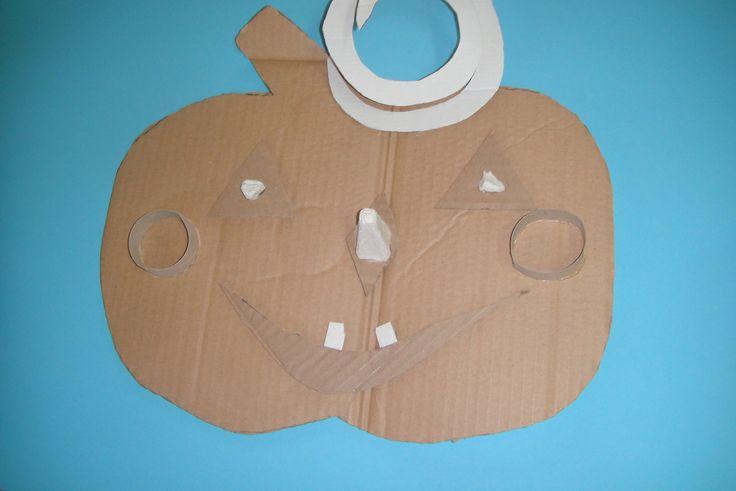dovleac din carton de la rola de hartie igenica, din cartonul de la cofragul de oua si din o cutie simpla de carton