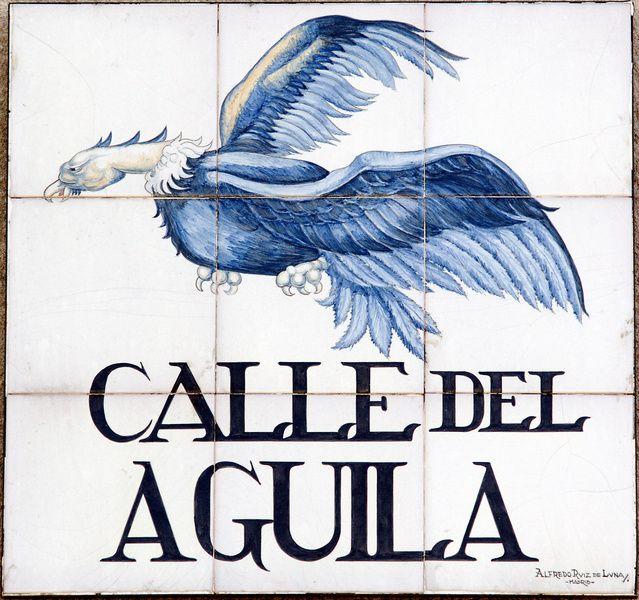 Calle del Águila.Según la tradición, en un corral propiedad de Gil Imón de la Mota, había un águila dorada de gran tamaño que el Ayuntamiento sacaba con motivo de  la procesión del Corpus