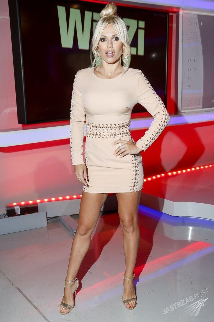 Dwie stylizacje Dody w studiu Polsat News - seksowna mini kontra falbaniasty top. Która lepsza? [GALERIA] - Doda w programie Michała Figurskiego w Polsat News
