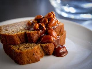 Cake aux bananes, caramel aux arachides