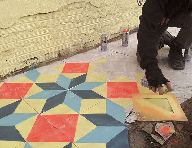 Javier de Riba cria incríveis pisos decorados com estêncil e tinta spray em lugares abandonados;