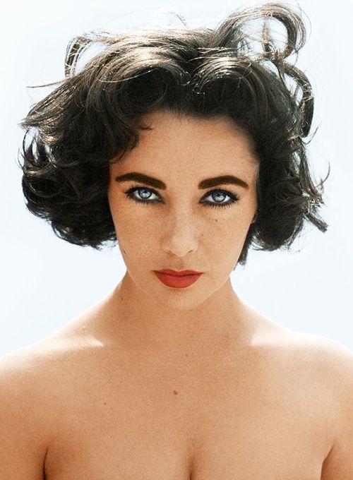 Elizabeth Taylor, une beauté bien maîtriséée pour mettre en valeur ses yeux presque violets : des sourcils fournis mais bien ordonnés et retravaillés, des yeux charbonneux mais pas over-maquillés, une bouche effet mordue, rouge mais pas trop.