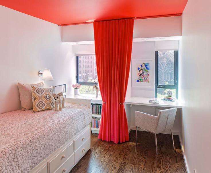 красные шторы в маленькой детской