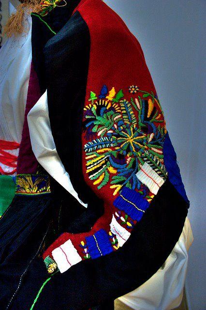 particolare costume femminile. Atzara