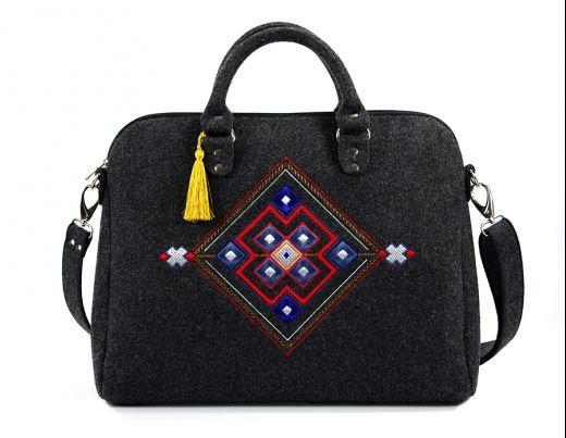 Filcowa torebka od Farbotki Felt bag from Farbotka http://www.etnobazar.pl/search/ca:torebki-i-torby?limit=128