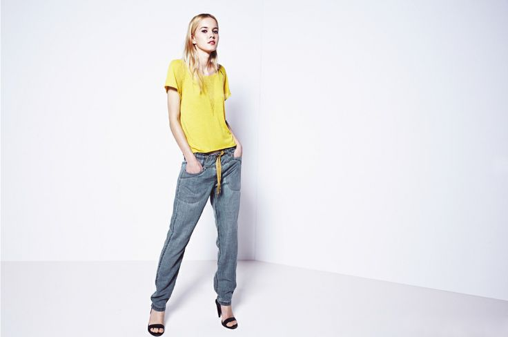 Cytrynowy sweterek i luźne, jeansowe spodnie.