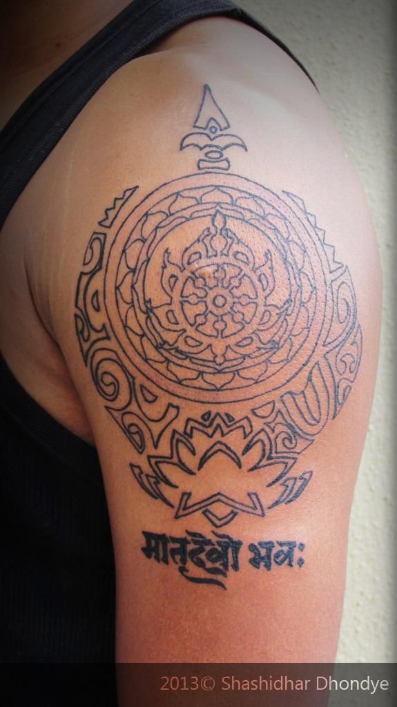Custom made tattoo: Maori art is the primary source of inspiration for this tattoo. Shoulder piece represents Trimūrti. It has : LOTUS as Brahma, SUDARSHAN as Vishnu and TRISHUL as Shiva.  To signify this supreme divinity we have SAHASRARA CHAKRA in the center. And this is for the love he has for his mom who he considers above all..    #ShashidharDhondye #tattoo #customtattoo #Mumbaitattoo #Punetattoo #tattooartist #indiantattoo #trimurti