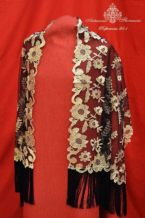 Echarpe negro bordado en oro con fleco de seda.