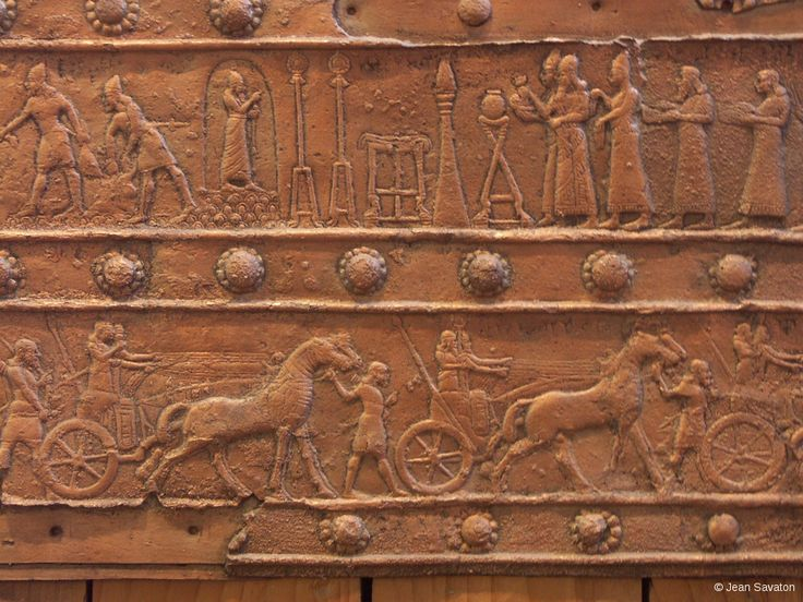 L'Assyrie est alors un très vaste ensemble, qui s'étend de l'Iran oriental à la mer Méditerranée, de l'Anatolie au nord du désert d'Arabie. L'empire est constitué d'un grand nombre de provinces et de royaumes vassaux. Sa grande capitale, Ninive, est l'une des plus grandes villes du monde à cette période. Le début de règne d'Assurbanipal marque l'apogée de la puissance assyrienne : il a vaincu en Babylonie, a assuré sa domination en Syrie, au Levant, jusqu'en Anatolie.
