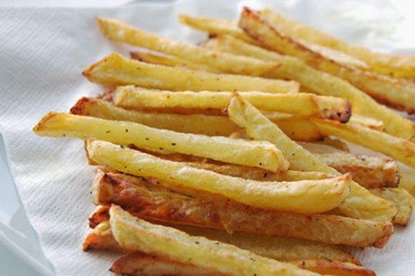 """Batata Frita de Forno: """"Frita"""" somente pelo nome, nessa versão da receita, a batata é assada! Confira!  Ingredientes: 6 batatas grandes, cortadas em palitos de 1/2 centímetro 4 colheres (sopa) de azeite 2 colheres (chá) de sal Orégano a gosto Modo de Preparo: Preaqueça o forno a"""