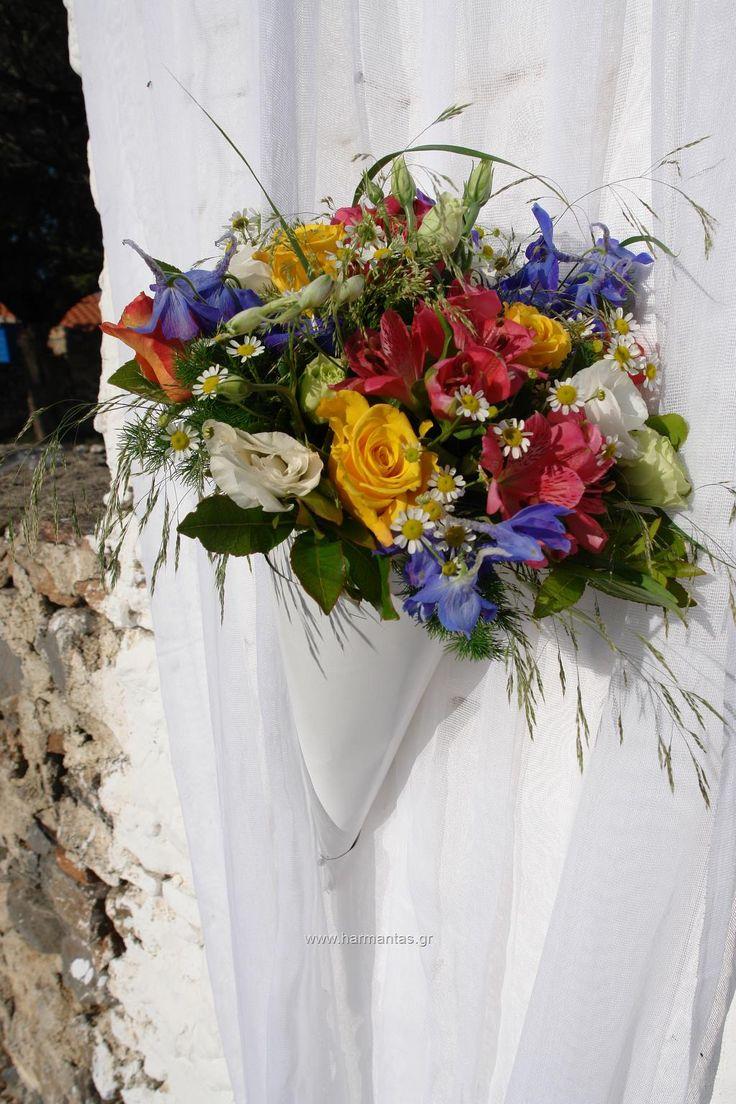 Κωδ.86 Στολισμός εκκλησίας γάμου με χωνί γεμάτο τριαντάφυλλα κίτρινα και πορτοκαλί, φούξια αλστρομέριες, χαμομήλι, λευκό λυσίανθο και μπλε δελφίνιουμ.