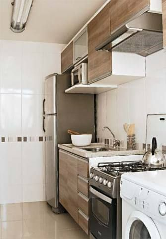 Os armários da cozinha são cinco Módulos superiores e há um gabinete sob a pia (Favorita, 10 x R$ 530). O fogão é modelo Classe Inox, da Dako. Ttem quatro bocas, iluminação interna e acendimento automático (PontoFrio.com, 12 x R$ 54,08).