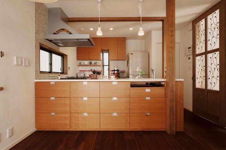 壁側を向いていたキッチンを、対面式のオープンキッチンに。ダイニング側に収納がたくさんついたオリジナルキッチンを造作。素材はパーチ材、天板は人工大理石。右側の天板下に見える引き出しは、PCカウンターとなっている。キッチン背面の収納棚も造作。 専門家:が手掛けた、オリジナルのオープンキッチン(S邸・家族の笑顔がつながるオープンキッチン)の詳細ページ。新築戸建、リフォーム、リノベーションの事例多数、SUVACO(スバコ)