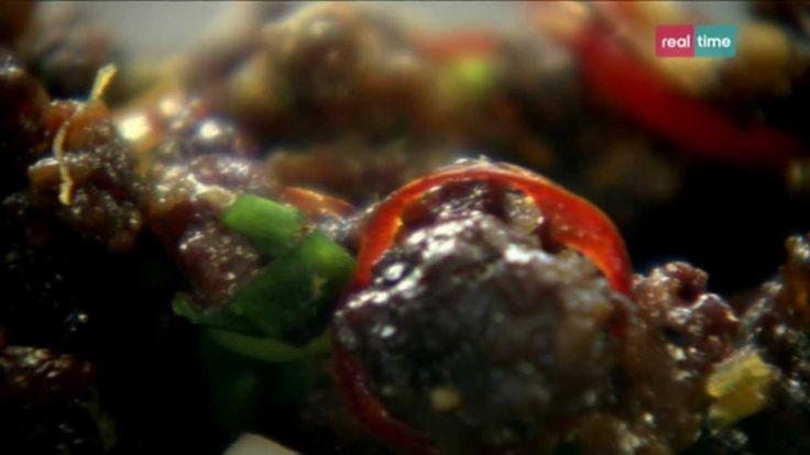Cucina con Ramsay # 6: Chili di carne di manzo e maiale su un letto di lattuga Questo è un piatto delizioso per una cena con amici.  Si prepara prima senza stare in cucina al momento della cena INGREDIENTI Olio di oliva per friggere 200 gr. di carne di manzo magro macinato 200 gr. di carne di maiale macinata Olio di sesamo tostato per friggere 2 spicchi di aglio sbucciati ...