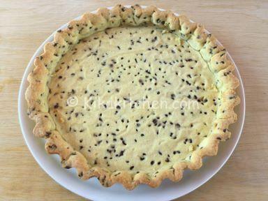 La pasta frolla con gocce di cioccolato è una ricetta base utilizzata in pasticceria per realizzare biscotti, crostate, cestini da farcire.
