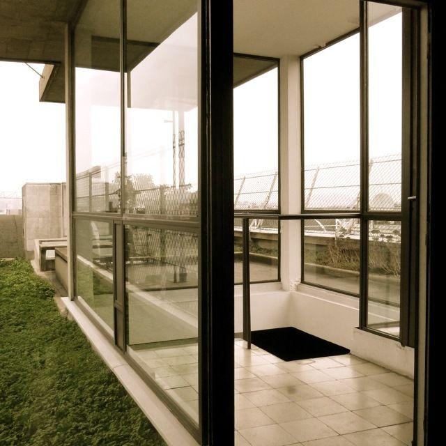 Терраса на крыше над квартирой-студией.  (фасад,архитектура,дизайн,экстерьер,интерьер,дизайн интерьера,квартиры,апартаменты,конструктивизм,Ле Корбюзье,Франция,Париж,на открытом воздухе,патио,балкон,терраса,лестница) .