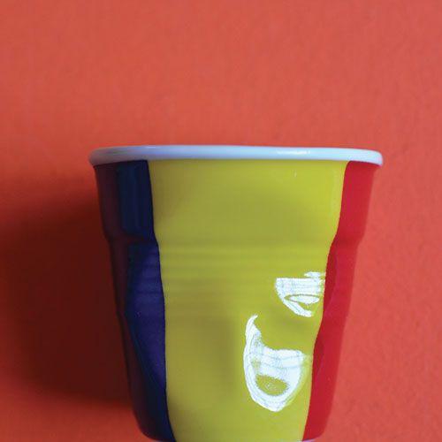 tasse drapeau de la roumanie éditée par les porcelaines Revol, fabriquées en france et dessinées par Béatrice Pène pour Assiettes et compagnie