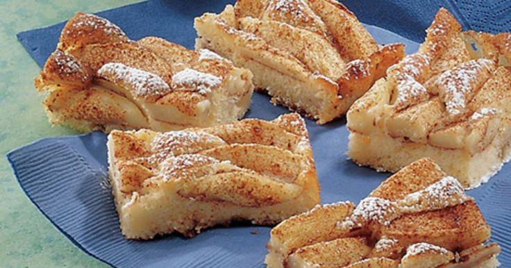 Denne opskrift på æblekage tager sit udgangspunkt i friske syrlige æbler, gerne af sorten Gloster. God til en hyggelig stund med venner eller familie.