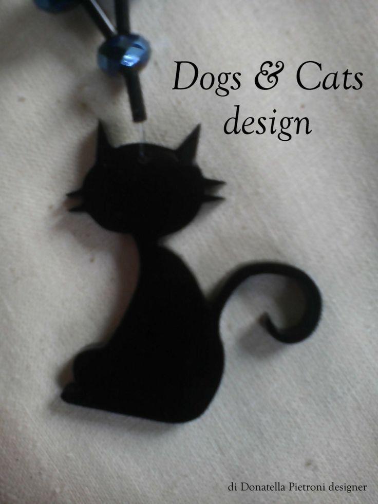 14206 - Particolare della collana lunga: ciondolo in plex nero lucido, gatto grande. Pezzo unico. Dogs & Cats design di Donatella Pietroni designer
