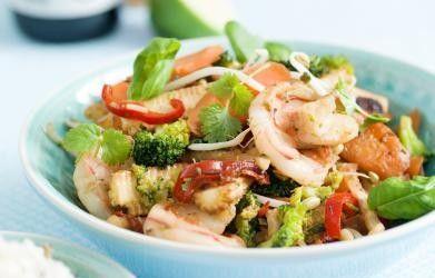 Wok met scampi's, broccoli en worteltjes - Libelle Lekker