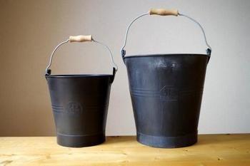 プレーンな形のバケツ。でも、色味がちょっと変わっていますよね。ブラックの亜鉛メッキで作られています。防錆処理がなされているので、お庭や玄関先に置いておいても錆にくくなっています。