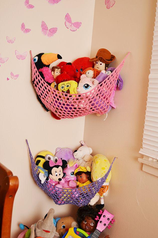 Chouette idée pour du rangement rapide...... Stuffed toy storage - how to ;-)