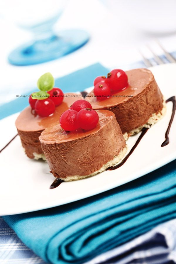 BAVARESE AL GIANDUJA. La bavarese è un gustosissimo dolce composto da una base di crema inglese a cui viene aggiunta la panna montata. Proponiamo questo dessert servito in piccole monoporzioni. #bavarese #gianduja #dolce #dessert