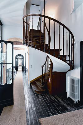 jute runner + black painted floor (Chateau les Merles)