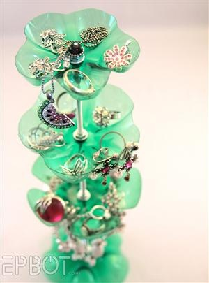 How-To: Two-Liter Jewelry StandBottle Jewelry, Ideas, Plastic Bottles, Plasticbottle, Diy Jewelry, Jewelry Stands, Jewelry Holders, Sodas Bottle, Crafts