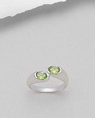 Inel deosebit argint - cristale pretioase de peridot Inel deosebit realizat din argint 925 decorat cu cristale pretioase de peridot. Placat cu rodiu - aspect de aur alb. Latime maxima: 5,5 mm. Marimi disponibile: 6,7 (SUA).