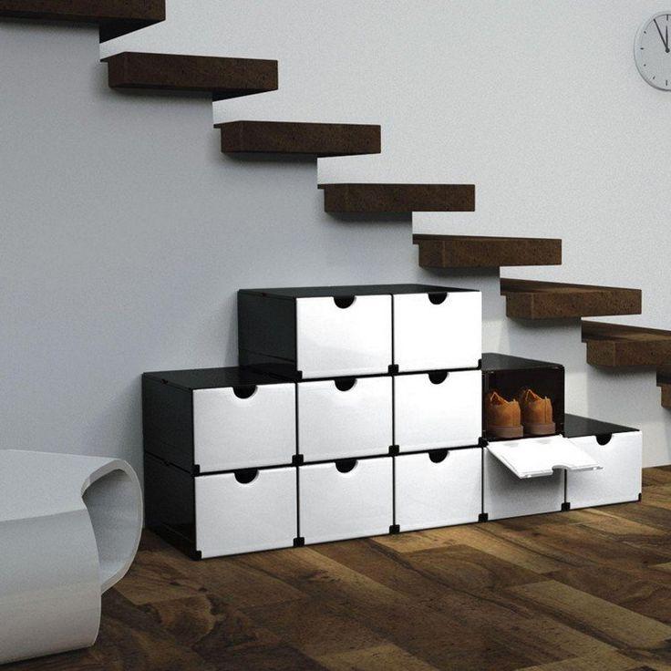 rangement chaussures blanc et noir à côté des marches de l'escalier