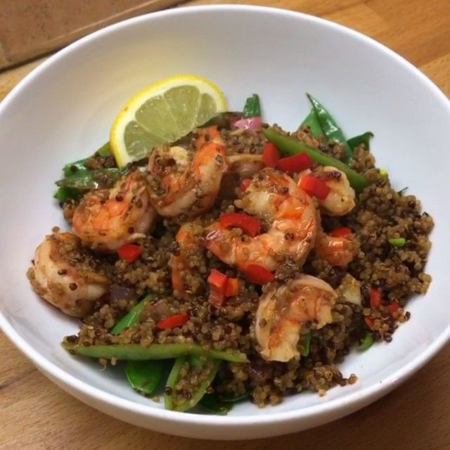 Bosh Here it is My naughty post workout Piri Piri prawns with quinoa. This tastes deeeeeece. Tag a mate if this is a bit of them Ingredients: @lucybeecoconut Chopped red onion Chopped garlic Piri piri seasoning Prawns Squeeze of lemon Mange tout Sugar snaps peas Cooked quinoa Fresh chilli That's #leanin15 #food #foodie #health #fitfam #fitspo #fitness #foodboner #exercise #workout #nutrition #cleaneating #healthy #recipes
