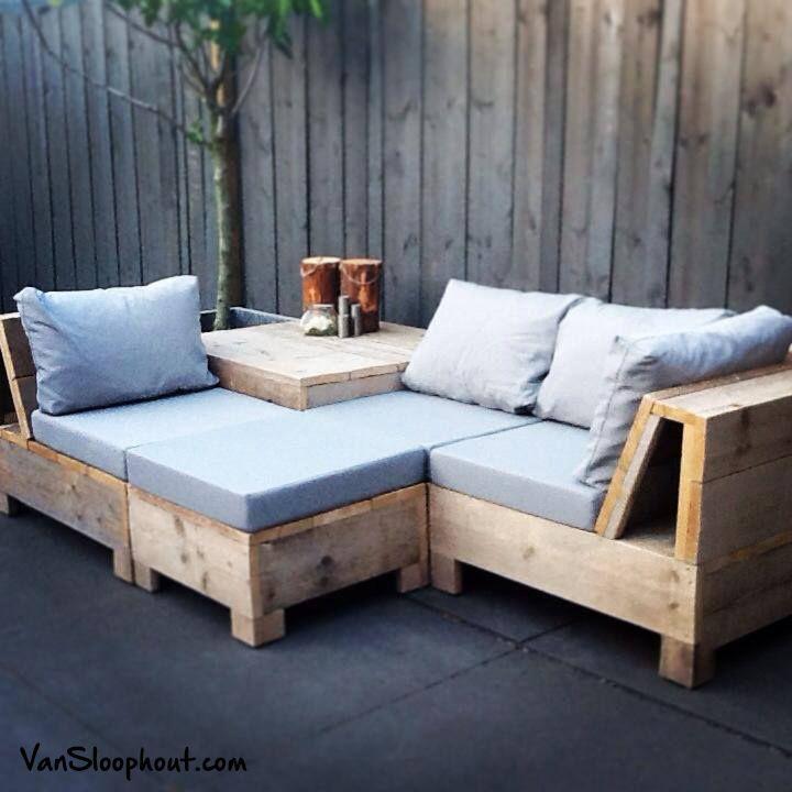 Op maat gemaakte loungebank van steigerhout voor in de tuin met diverse losse onderdelen voor verschillende opstellingen.#loungen #tuinbank #steigerhout