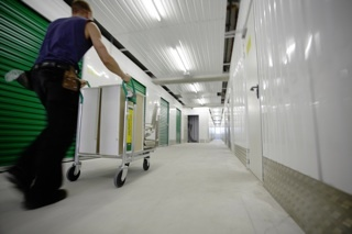 Breite und helle Gänge zum Lagerraum.  Wide and well lit corridors make it easy to manoruvre the trolley through the storage facility.