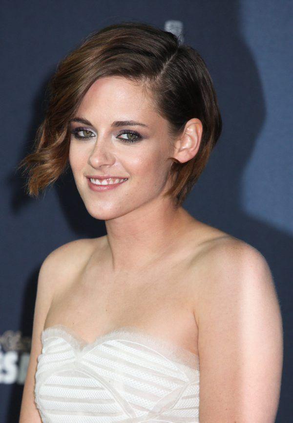 Twilight-tähti Kristen Stewart välttää lyhyessä polkassaan  tätivibat, kun vain toisen puolen etuhiukset on rullattu löyisille laineille.
