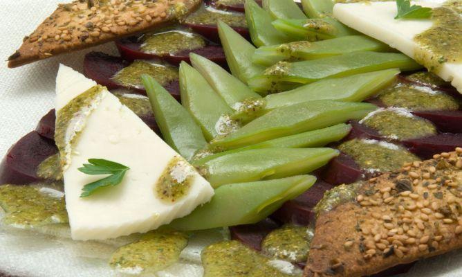 Receta de Ensalada de remolacha y queso con pesto de pistachos