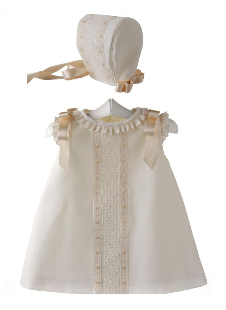 Conjunto para bebé de vestido y capota de batista organdizada y entredos