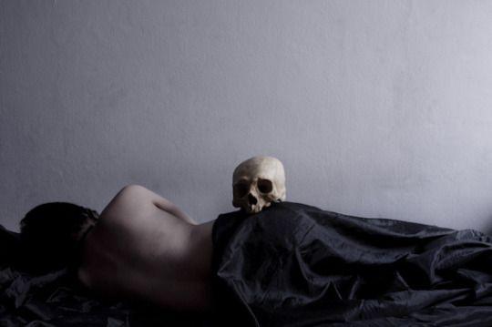 volvía cada tarde y esperaba a que se durmiera, luego le contaba historias que parecían sueños (Ben Btt)