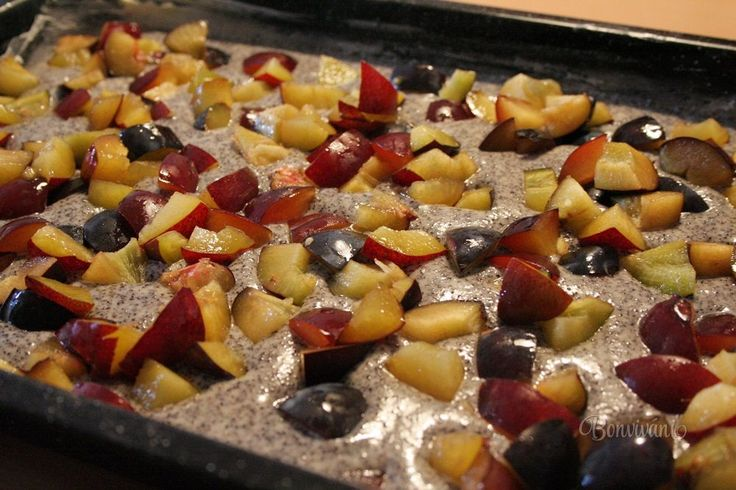 K príprave tejto rýchlej hrnčekovej bublaniny vám okrem plechu na pečenie o veľkosti 28 x 40 cm stačí jedna miska a jedna metlička. Ovocie môžete dať aké chcete, ale najchutnejšia je s čerstvými slivkami. Hrnček - 250 ml