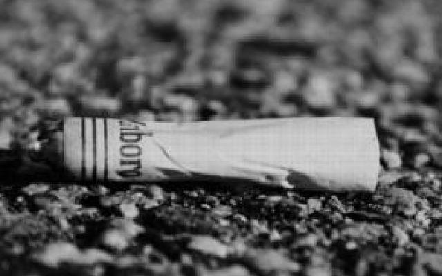 Attenti a buttare mozziconi o cartacce per strada, approvata legge che sancisce multe salate: quanto è previsto Addio a mozziconi, gomme da masticare, carte di caramelle, scontrini e quant'altro i cittadini indisciplinati hanno la cattiva abitudine di buttare per strada. Quella che per qualche anno è circolata #sigarette #multe #governorenzi