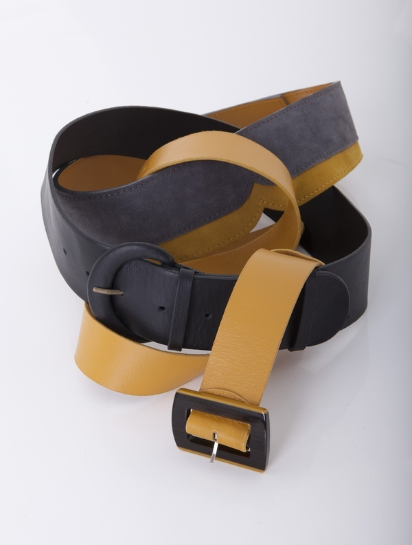 Belt of grain leather with a square buckle.