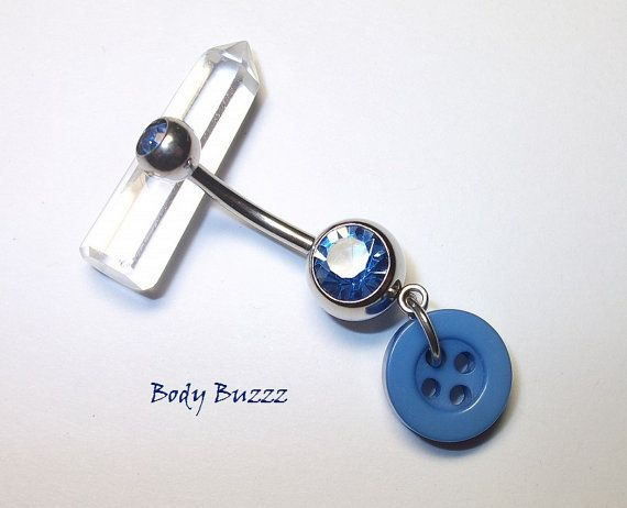 Bauchnabel! Super Groovy und einzigartiges Bauchpiercing. Blauer Knopf, der von einem gleichmäßig blauen Edelsteinpiercing baumelt! Hohe Qualität   – Piercings