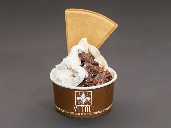 チョコレートのおいしさがそのままジェラートに。カップ1杯で¥500~(種類によって価格は異なります)。イタリア・フィレンツェにあるチョコレート専門店、ヴィタリ社。2人の若いチョコレート職人が小さなアトリエで丁寧に作るチョコレートは、新進のブランドとしてイタリアでも注目されている。そのヴィタリ社と提携して開発したチョコレート・ジェラートの専門店「ジェラテリア・ヴィタリ」が、4月に東京・自由が丘にオープン。カカオ80%相当の濃厚な「カカオ・エクストラ・アマーロ」やベネズエラ産チョコレートで作るフルーティな「フォンデンテ・アル・チョコレート」、それにイタリア人が大好きな「ヌテッラ」のジェラートなど、チョコレート専門店ならではのラインナップはもちろん、上質な「木次パスチャライズ牛乳」を100%使ったミルクジェラートも、食べておきたいアイテムだ。濃厚ながらさらっとした後味のチョコレート・ジェラートは、この夏の人気スイーツになりそう。
