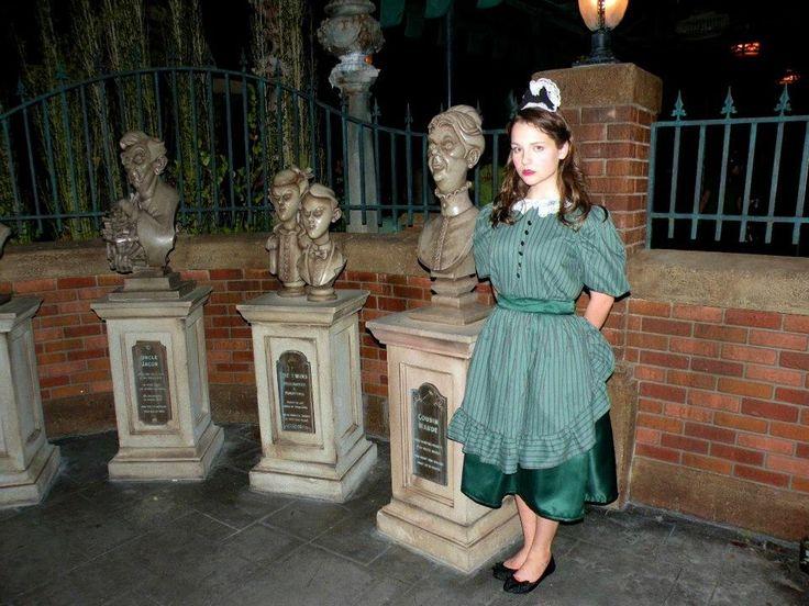 Mulher que faz parte do membro de elenco da atração Haunted Mansion.