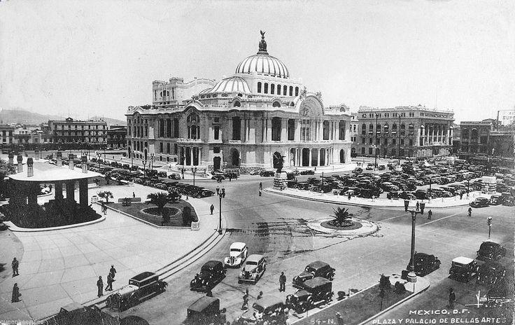 Vista de el Edifcio de Bellas Artes, asi como las Pergolas a un costado de la Alameda, y el área de estacionamiento frente al Palacio, asi como una avenida Juarez de doble sentido. ca. 1950