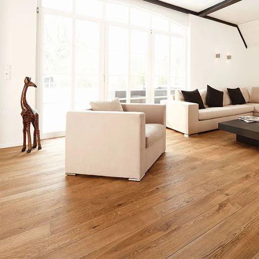 On aime le bois surtout au sol il est chaud Le parquet Campagnard Chêne Alamo est un véritable parquet en bois de haute qualité. Expressif, vivant, chaleureux et durable, il sera idéal dans votre intérieur et vous confèrera une meilleure qualité de vie.je decouvre