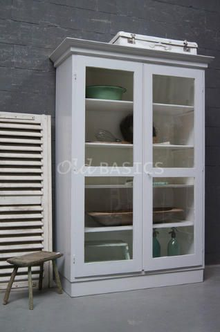 Vitrinekast 10187 - Prachtige landelijke vitrinekast met een frisse uitstraling. De kast is grijswit van kleur en heeft een dichte voet. Achter de deuren vier vaste legplanken.