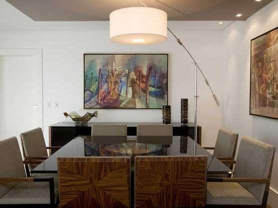 As arquitetas Andrea Teixeira e Fernanda Negrelli apostaram em tons neutros e móveis de madeira para deixar esta sala aconchegante. Informações: (11) 3045-1859/3045-3020 Foto: Martin Szmick/Divulgação