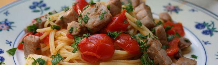 <p>Les+spaghetti+thon+frais+et+tomates+cerise+est+un+plat+très+frais+qui+sent+bon+la+mer,+et+cela+grâce+au+thon+frais,+un+poisson+qui+se+marie+parfaitement+avec+les+pâtes.+Il+existe+aussi+une+version+sicilienne,+très+connue,+de+cette+recette,+qui+prend+le+nom+de+pasta+all'eoliana,+…</p>