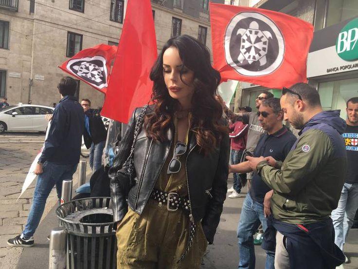 Nina Morić  40-y ,  a Milano tra i manifestanti e le bandiere di CasaPound , in protesta contro  i bombardamenti   in Siria  ordinati da  Donald Trump .[aprile 2017]
